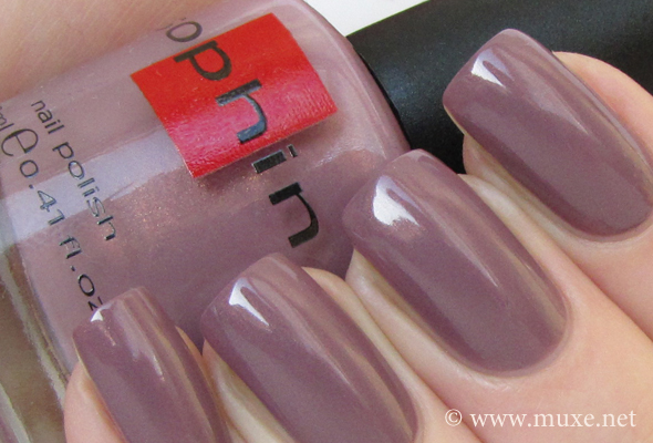 Лиловый лак для ногтей - свотч