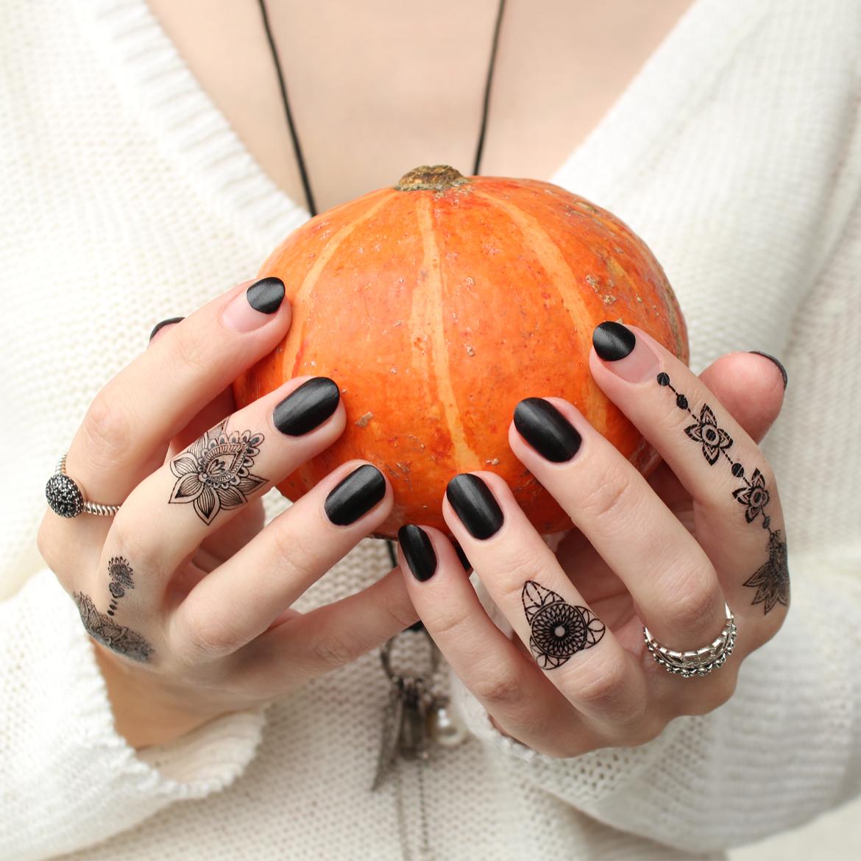 Halloween nails design henna